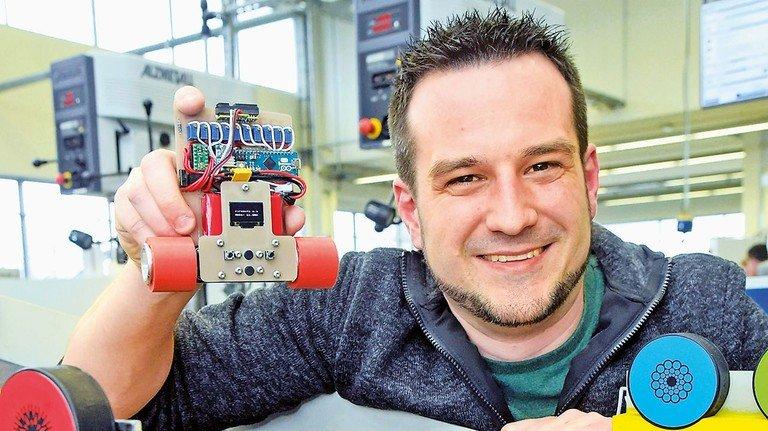 Technik macht Spaß: Ausbilder Christian Schütz mit einem selbst gebauten kleinen Flitzer.