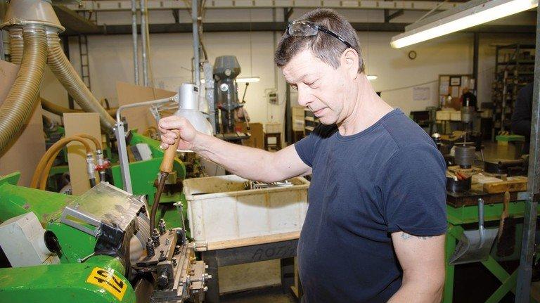 Mit Gefühl und Gehör: Facharbeiter Peter Ziems fräst die Zähne in die Ebonit-Kämme.