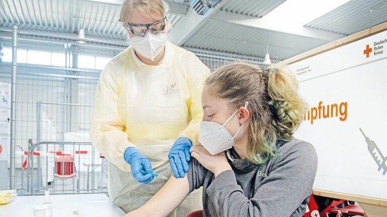 Impfzentrum in Ulm: Im November testete das Rote Kreuz die Abläufe. In der Stunde sollen hier 120 Menschen die Spritze bekommen.