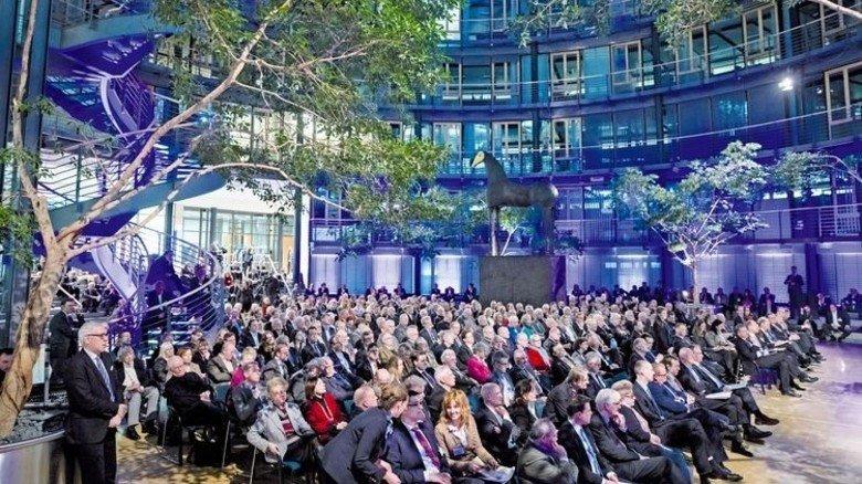 Allianz Forum in Berlin: Vor 500 geladenen Gästen suchen Experten nach Antworten. Foto: Herschelmann