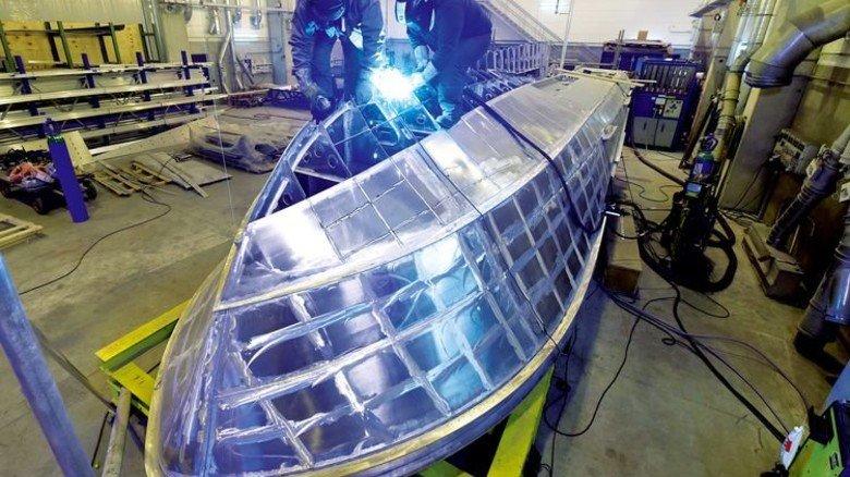 Kieloben: Schweißarbeiten am neuen Rettungsboot, das baugleich … Foto: Augustin