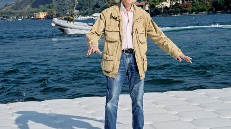 Vor Ort: Christo auf der Konstruktion, noch ohne den Stoff. Foto: Volz
