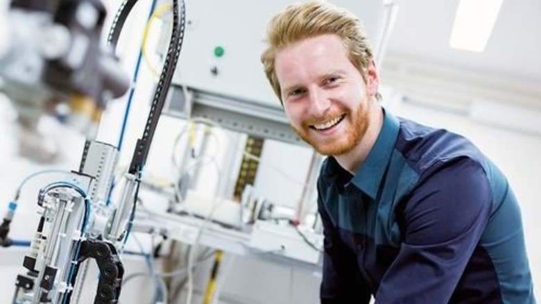Hightech-Fertigung: Auch ohne Studium kann man Karriere machen. Foto: Fotolia