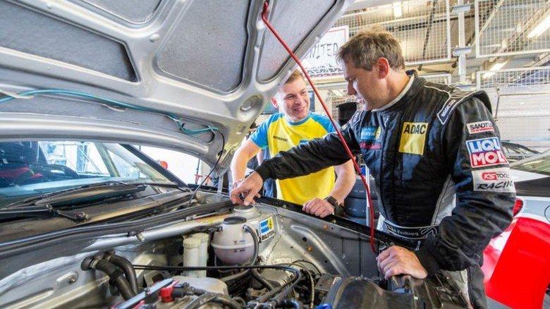 Gemeinsamer Blick in den Motorraum eines VW Corrados: Jürgen Freiburg ist nicht nur Rennfahrer, sondern auch ein Kollege von Friedrich Herzog. Foto: Straßmeier