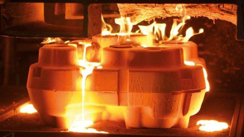 In der Gießerei: Bei rund 1700 Grad Celsius fließt das Metall ins Kernpaket. Foto: Scheffler
