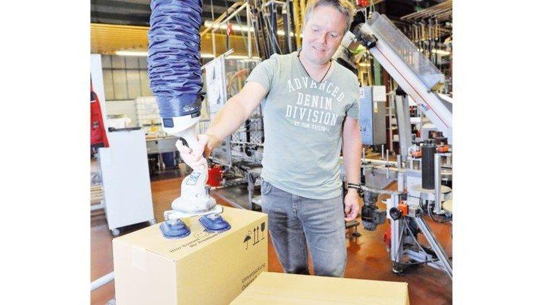 Hilfe beim Heben: Gesundheitslotse Thilo Reich schaut, dass es leichter geht. Foto: Sigwart