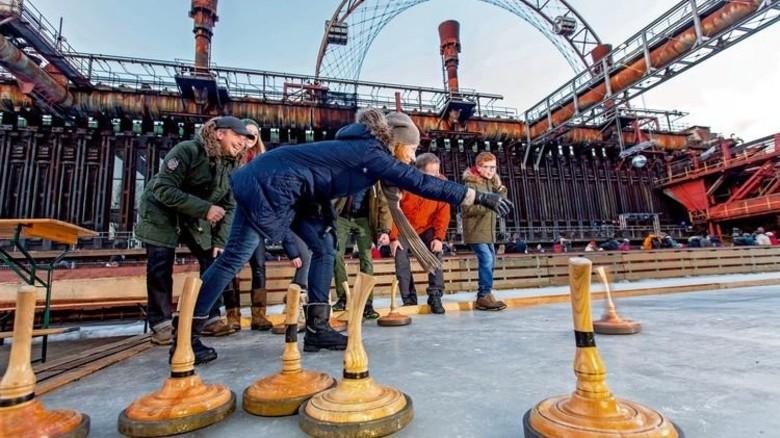 … und Eisstockschießen auf Zeche Zollverein. Foto: Tack / Stiftung Zollverein