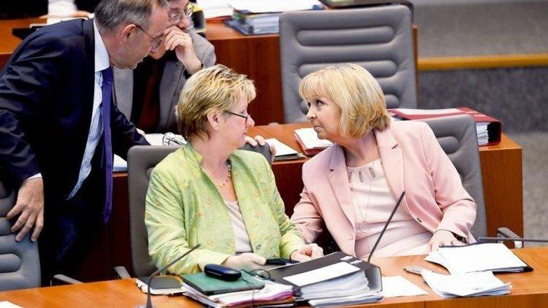 Im Landtag: Ministerpräsidentin Hannelore Kraft (rechts) und Schulministerin Sylvia Löhrmann. Foto: dpa