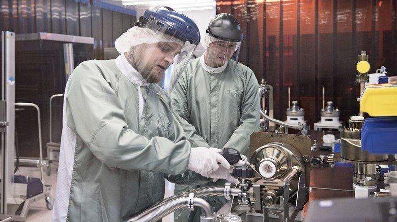 Fertigung unter Vollschutz: Danny Blei (links) und sein Kollege Leander Morosow arbeiten unter verstärkten Sicherheitsvorkehrungen in der Röntgenröhren-Abteilung.