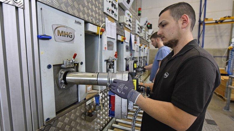 """Heiße Sache: Marco Richter schiebt einen Brenner in die Vorrichtung, in der die sogenannte """"Warmerprobung"""" abläuft."""