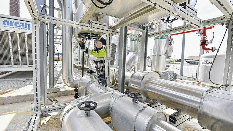 Volles Rohr: Instandhaltungsmeister Christoph Lübben öffnet ein Dampfventil der neuen Anlage zur Nutzung der Abwärme.