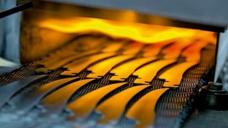 Sorgfalt: Für den Härteprozess werden alle Klingen einzeln aufgelegt. Foto: Mierendorf