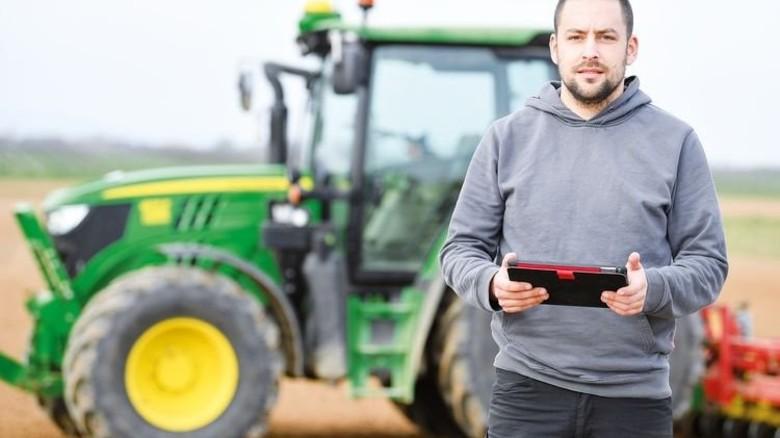 Nutzt Daten auf dem Feld: Landwirt Stefan Bohlender aus Steinweiler (Rheinland-Pfalz) mit GPS-Traktor. Foto: dpa