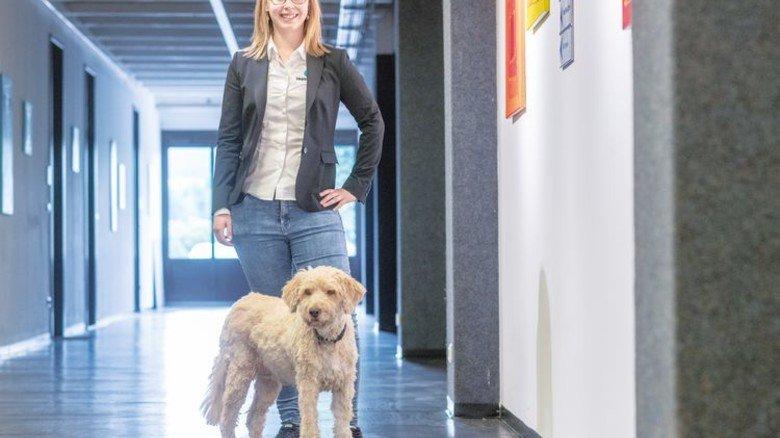 Partner auf vier Pfoten: Die Mischlingshündin begleitet Theresa Stangl schon seit Kindertagen und darf mit ins Büro. Foto: Weigel