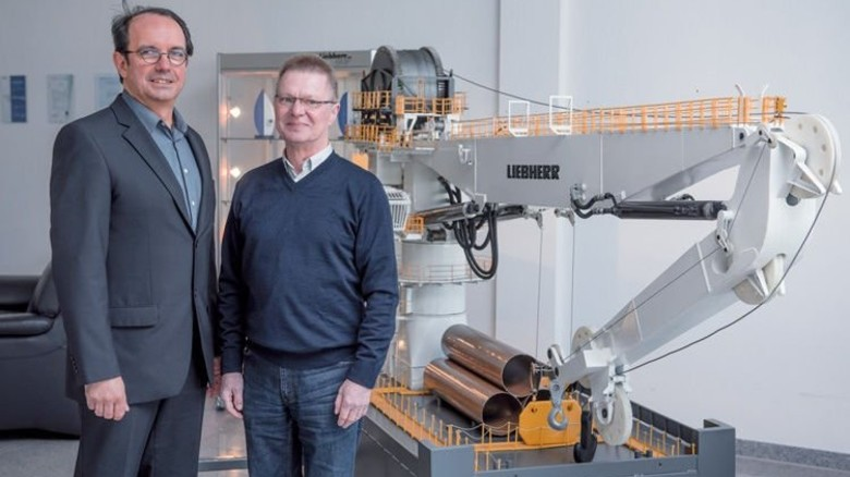 Männer der ersten Stunde: Leiter Ralf Harder (links) und sein Kollege Wolfgang Heuer vor dem Modell eines Tiefsee-Krans von Liebherr. Foto: Augustin