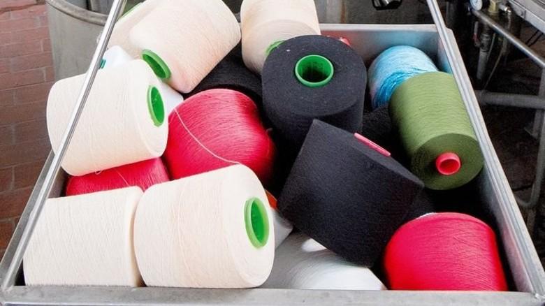 Garnspulen: Ob die Farbe dem Kundenwunsch entspricht, wird im Labor getestet. Foto: Roth