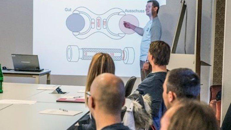 In der Firmenakademie: Tim Richard bringt zwölf Kollegen das Lesen von technischen Zeichnungen bei. Foto: Roth