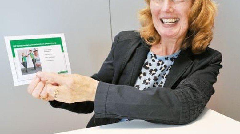 """""""Ich mache natürlich auch mit"""": Personalchefin Dagmar Bühler zeigt das Kärtchen mit ihrer Lieblingsübung. Foto: Sigwart"""