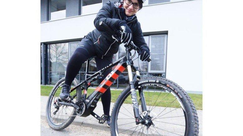 Kraftvoll: Mitarbeiterin Ulrike Döbrich auf einem E-Bike mit dem Brose-Motor. Foto: Sturm