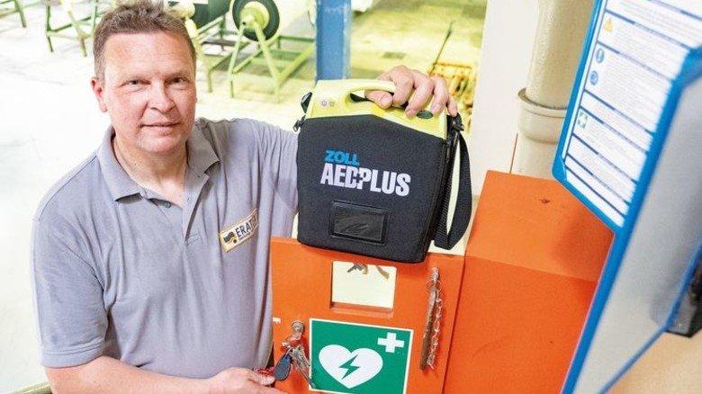 Doppelte Lebensretter: Der Johanniter mit dem Defibrillator. Foto: Roth