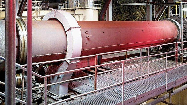 1.500 Grad heiß: Im Drehrohrofen entstehen Pulver und Granulate. Foto: Werk