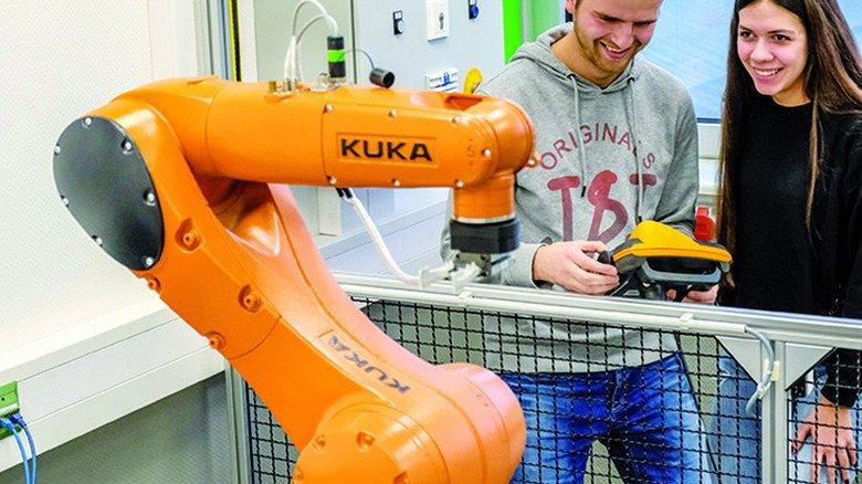 Ausbildung bei BPW: Dafür steht auch ein Robotik-Trainingszentrum zur Verfügung. Foto: Roth