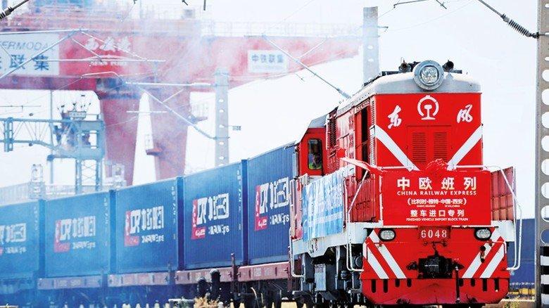 Container-Zug Richtung Westen: Nach Europa braucht er 12 bis 13 Tage.