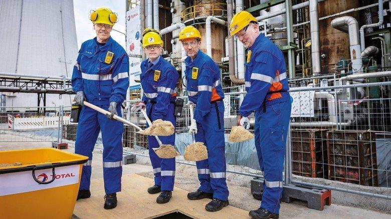 Startschuss für den großen Umbau: Manager der Raffinerie vergraben eine Zeitkapsel mit Dokumenten des Jahres 2019.