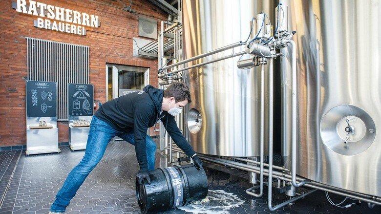 In den Abfluss: Das Bier muss leider entsorgt werden, weil es das Haltbarkeitsdatum überschritten hat.