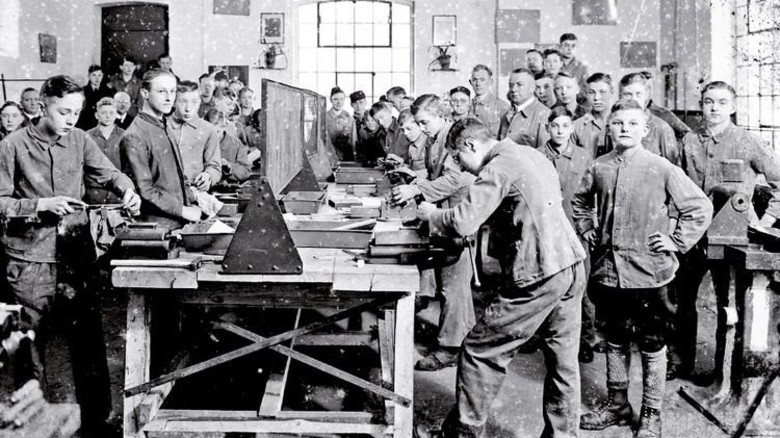 Erst mal feilen: Die Lehrwerkstatt Mitte der 30er Jahre. Foto: Ausbildungsgesellschaft