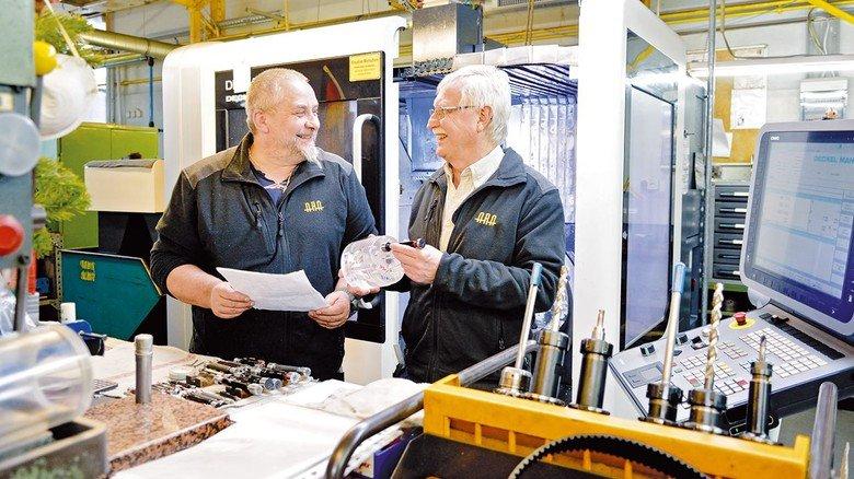 Eingespieltes Team bei Adam Ruppel Asbach: Thomas Speckhardt (links) sucht bei der Prüfung komplexer Bauteile gerne den Rat von Senior-Experte Harald Winkel.