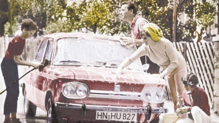 Familienmitglied aus Blech: Schnappschuss aus unbeschwerter alter Autozeit. Foto: Ullstein