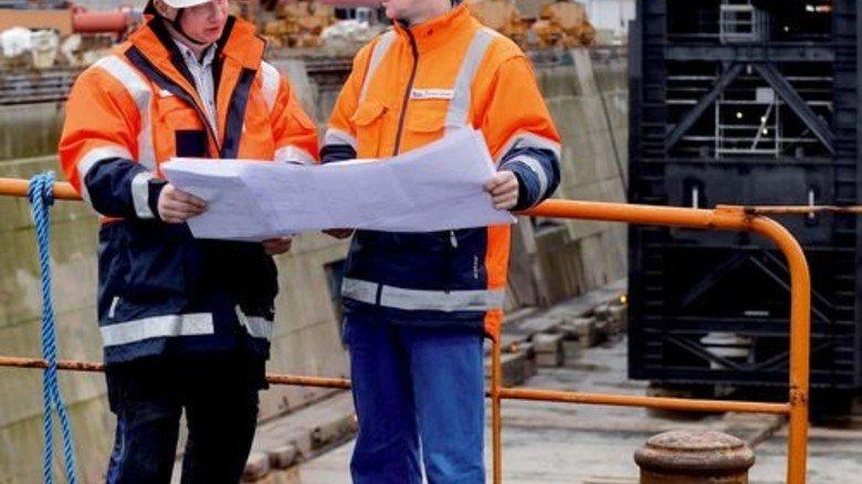 Alles nach Plan: Maschinenbautechniker Bernd Mattheis (links) und Ingenieur Holger Opalka besprechen den Fortschritt. Foto: Bahlo