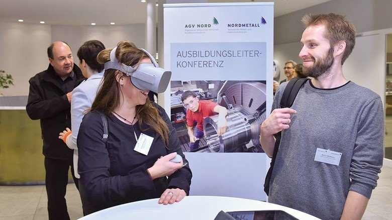 Virtuell und real: Björn Mattson, Ausbilder bei Raytheon Anschütz, im Gespräch mit Michaela Koegst von Philips. Foto: Christian Augustin