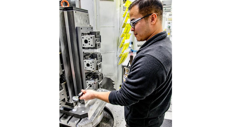 Afghanistan: Abdul Karim Rezayi arbeitet als Facharbeiter bei Danfoss Power Solutions.
