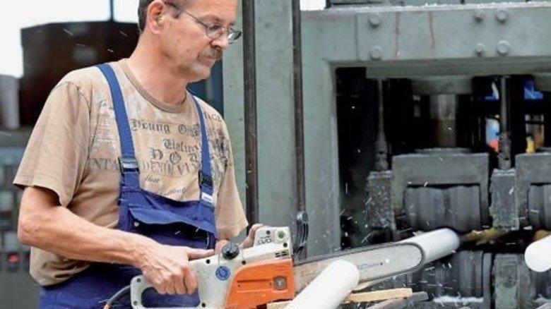 Arbeitsalltag bei Pleiger Thermoplast: Maschinenführer Andreas Knittel kürzt Kunststoffstäbe… (Foto: Bahlo)