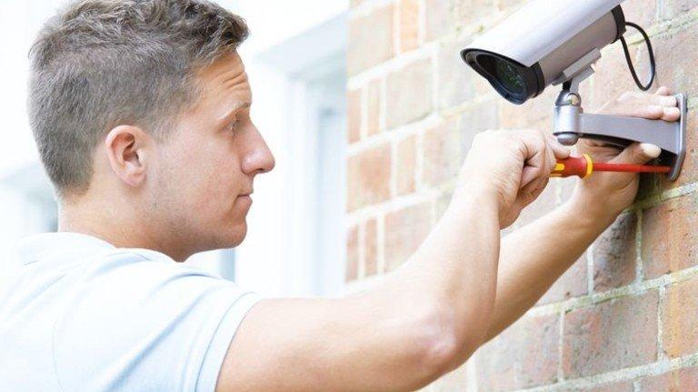 Schnell montiert: Überwachungskameras sind im Handel erhältlich. Foto: iStock