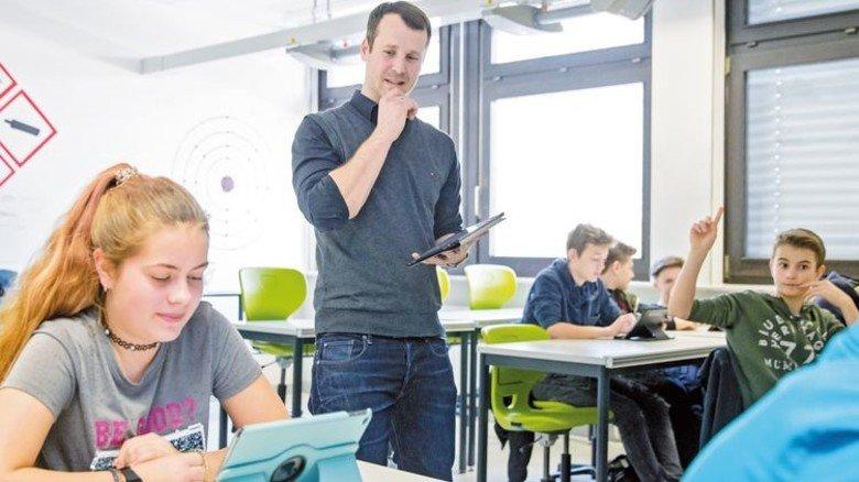 Ab ins Internet: Moderner Chemieunterricht an einer Realschule in Erlangen. Foto: Karmann