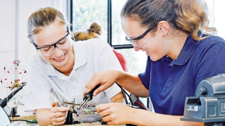 """""""Mädchen für Technik-Camp"""" bei Brose: Carolina (rechts) lötet eine LED-Blume. Foto: Brose Fahrzeugteile GmbH"""