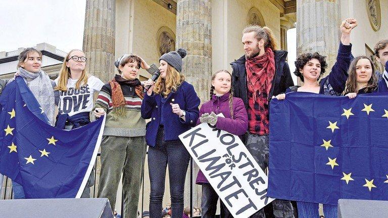 Greta Thunberg spricht bei der 'Fridays for Future' Schülerdemonstration gegen die Klimapolitik vor dem Brandenburger Tor.