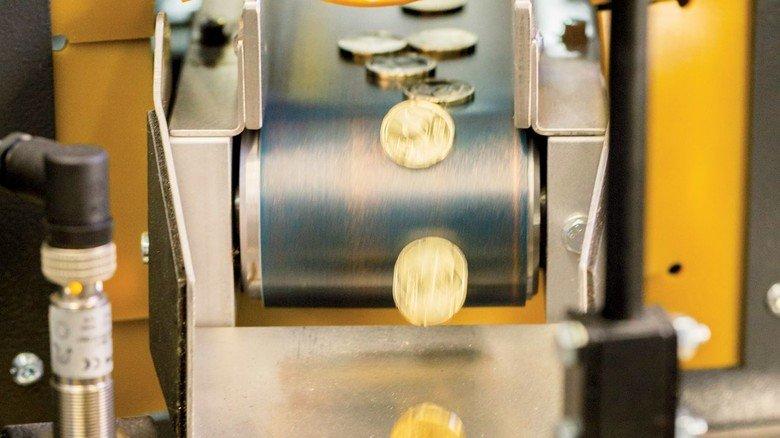 20-Cent-Münzen aus einer Schuler-Presse: Das Unternehmen lieferte jüngst vier neue Anlagen an die Staatlichen Münzen Baden-Württemberg, wo ein großer Teil der Euromünzen Deutschlands geprägt wird.