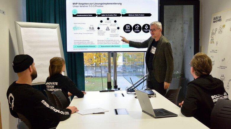 Gedankenaustausch: Die Umsetzung von Prozessen wird bei Boldly Go Industries in Frankfurt immer auch im Team diskutiert.