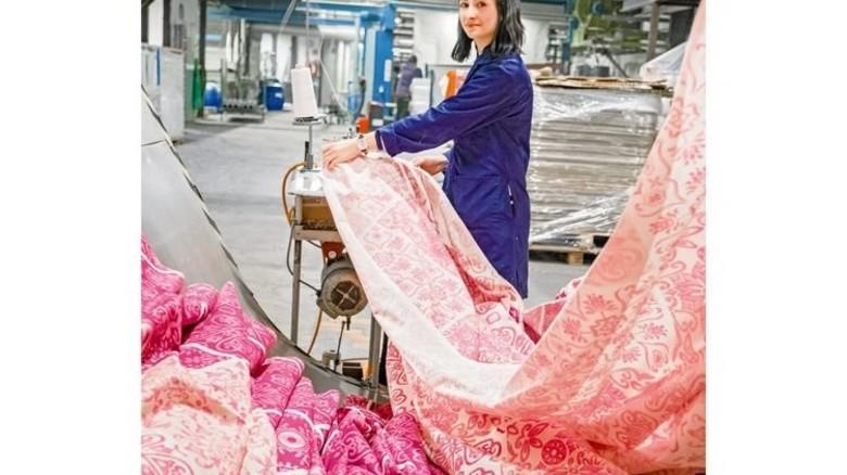 In der Veredlung: Aylin Savas näht Biber-Bettwäsche an der Kondensiermaschine zusammen. Foto: Roth