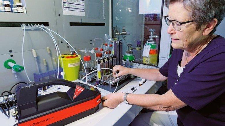 Im Labor: Annelore Plessing-Menze führt dem Gefahrstoff-Detektor eine Testsubstanz zu, um die Kalibrierung zu prüfen. Foto: Augustin