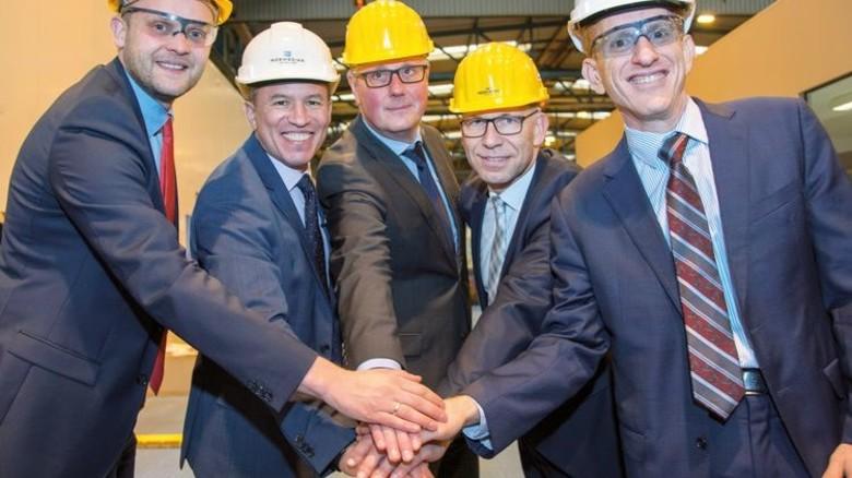 Brennstart: Tim Meyer (links) mit NCL-Präsident Andy Stuart (neben ihm) und anderen Gästen. Foto: Meyer Werft