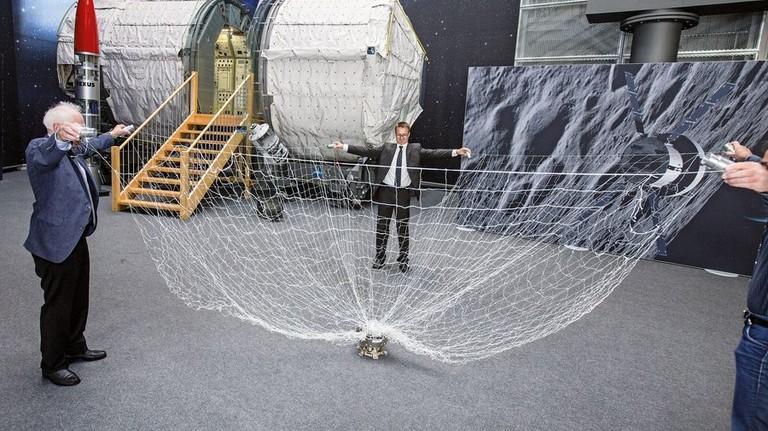Schon getestet: Mit Netzen soll künftig Schrott im Orbit eingesammelt werden. Foto: Lorenczat