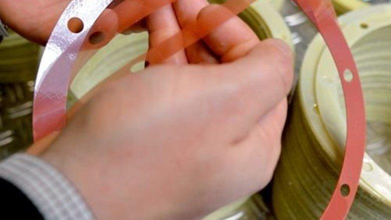 Hauchdünne Schichten im Block: Im Bild ein schälbares Distanzelement aus Kunststoff. Foto: Scheffler