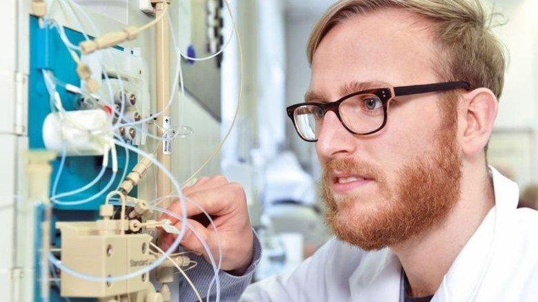 Exakt: Azubi Hannes Boschek arbeitet an einem Chromatografen. Foto: Deutsch