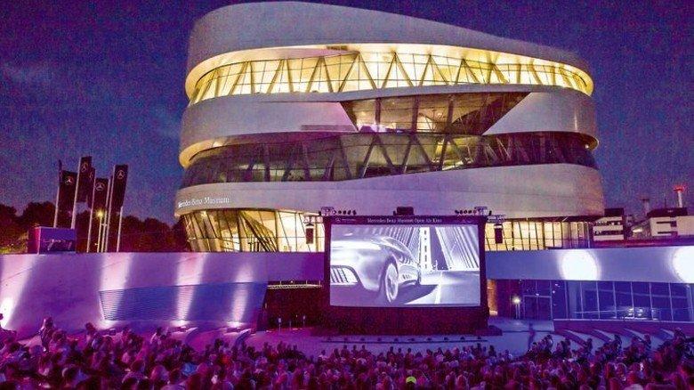 Schöner Hintergrund: Das Open-Air-Kino vor dem Stuttgarter Mercedes-Benz Museum. Foto: Daimler