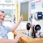 Mann derTat: Claus Lau, Standortleiter von Bosch Rexroth in Erbach, nimmt mithilfe einer Nähmaschine die Angst vor der Digitalisierung. Foto: Scheffler